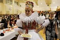 Sobotní večer v Tovačově patřil krojovaným – výroční 20. hanácké bál uspořádal ve sportovní hale taneční soubor Hatě.