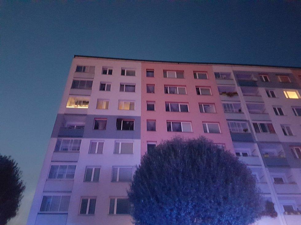 Požár ve čtvrtém patře panelového domu v Předmostí. 9. října 2020