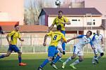 Fotbalisté 1. FC Viktorie Přerov (v bílém) v derby doma porazili Kozlovice 2:1.