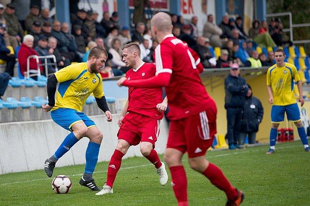 Fotbalisté FK Kozlovice (ve žlutém) proti FK Nový Jičín (2:2).