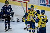 Hokejisté Přerova (ve žlutém) proti Havířovu v rámci Zubr Cupu.