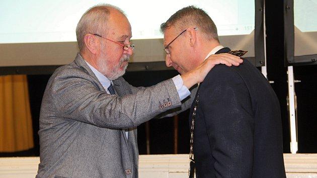 Pomyslné žezlo a primátorský řetěz předal svému nástupci Petru Měřínskému z hnutí ANO (na snímku vpravo) první muž přerovské radnice Vladimír Puchalský.