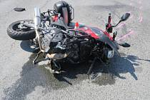 Nepozornost řidiče kamionu zavinila nehodu na silnici v Dolním Újezdu, ke které vyjížděli v pondělí odpoledne policisté. Po střetu s kamionem skončil v nemocnici pětatřicetiletý motorkář, který utrpěl při pádu z motocyklu zranění.