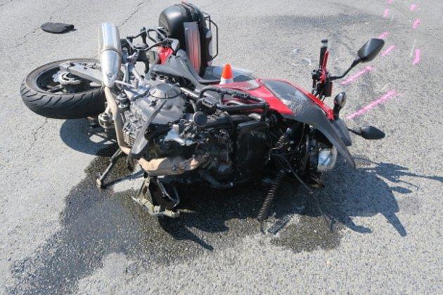 Nepozornost řidiče kamionu zavinila nehodu na silnici vDolním Újezdu, ke které vyjížděli vpondělí odpoledne policisté. Po střetu skamionem skončil vnemocnici pětatřicetiletý motorkář, který utrpěl při pádu zmotocyklu zranění.