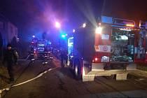 Požár přístavku na uskladnění sena u jednoho z domů v Lančíkových ulici v Přerově likvidovali v úterý po jedenácté hodině v noci hasiči.