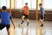 Novoroční turnaj v sálové kopané v Troubkách v roce 2018. Vítězný tým FC Vitur (v oranžové)