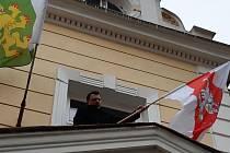 Starosta obce Veselíčko na Přerovsku Tomáš Šulák vyvěsil na radnici běloruskou vlajku, aby podpořil boj za svobodu.