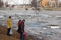 Impozantní podívaná v podobě plující masy ledových ker se naskytla ve středu odpoledne Přerovanům na nábřeží Edvarda Beneše. Ještě předtím, než kry dorazily do Přerova, ale musely překonat osecký jez.