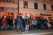 Před restaurací U Marka se sešly asi tři desítky lidí, které přišly vyjádřit nesouhlas s názory prezidenta. V rukou držely červené karty. Z okna nad nimi zněla Modlitba pro Martu od Marty Kubišové.
