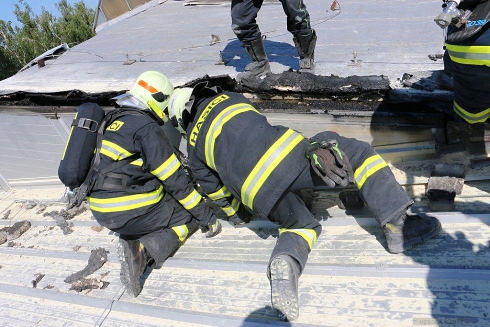 Likvidace požáru střechy haly v Tovačově-Anníně
