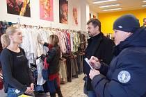 Radní vyrazili do ulic, aby si promluvili s obchodníky u nádraží o jejich zkušenostech s nepřizpůsobivými občany.