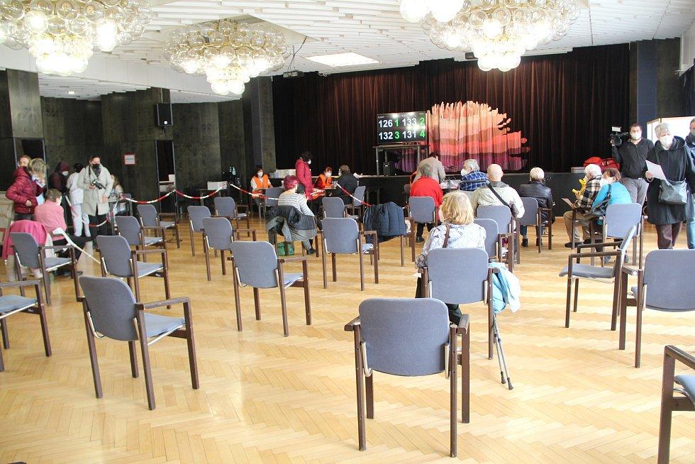 V prostorách přerovského klubu Teplo spustilo provoz nové očkovací centrum. 7. dubna 2021