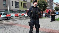 Přerovští policisté v pátek dopoledne uzavřeli okolí banky na rohu Čechovy a Jaselské ulice z důvodu nahlášení nástražného výbušného systému v prostorách. Na místo dorazil i pyrotechnik se psem, speciálně vycvičeným na vyhledávání výbušnin.  Jednalo se al