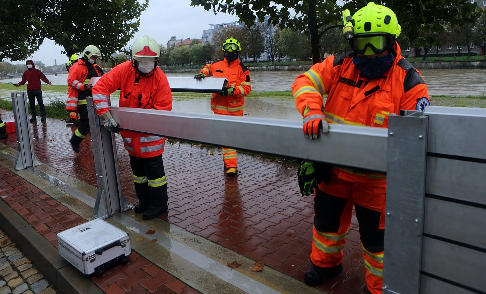 Stavba protipovodňových hrází v Přerově 14.10.2020.