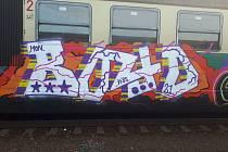 Kreativita se nedá upřít neznámému vandalovi, který posprejoval vlakovou soupravu v železniční stanici v Přerově.