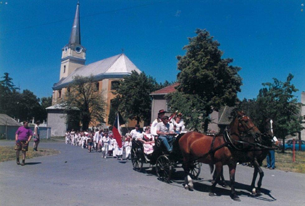 Krojovaný průvod obcí Vlkoš prošel již několikrát. Na fotografii jsou zachyceny oslavy 700 let obce.