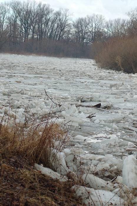 Pracovníci Povodí Moravy rozbíjeli na jezu v Přerově a pak i v úseku mezi Lipníkem a Týnem nad Bečvou ledovou celinu