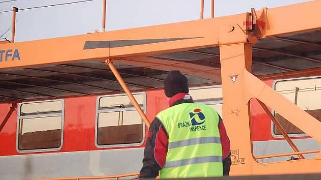 Drážní inspekce zkoumala příčinu vykolejení nákladního vlaku mezi Přerovem a Prosenicemi