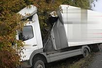 Půlmilionovou škodu na autě má řidič, který v pondělí havaroval u Býškovic. Strhl řízení poté, co mu do dráhy vběhla srna.