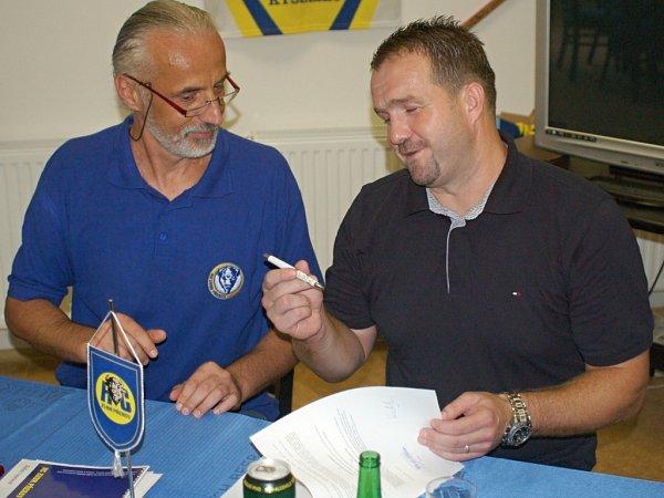 Martin Vojtek při podpisu smlouvy spřerovskými Zubry