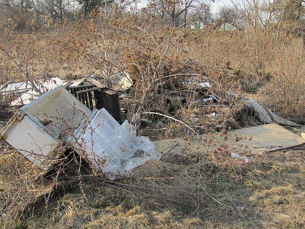 V Přerově je řada míst, kde se povaluje odpad. Za černou skládku mohou strážníci udělit pokutu, většinou je ale obtížné dohledat viníka.