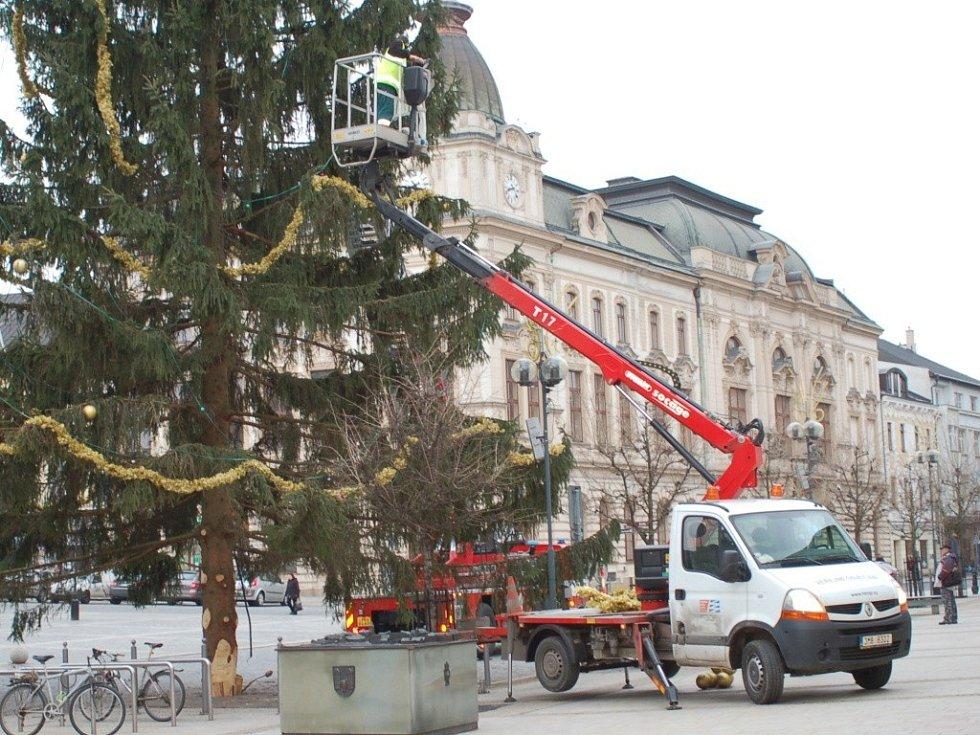 Odstrojování vánočního stromu v Přerově