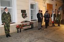 Pár desítek lidí si v sobotu vpodvečer připomnělo na náměstí T. G. Masaryka v Přerově výročí Dne boje za svobodu a demokracii.