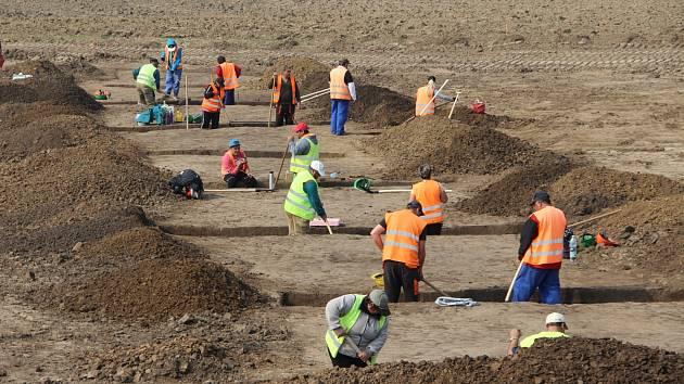 Archeologové začali bádat v místě trasy dálnice D1 mezi Říkovicemi a Přerovem. V současné době probíhá intenzivní výzkum u Dluhonic, intenzivní doklady osídlení ale očekávají badatelé o něco dál - v Předmostí.