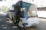 Střet autobusu se dvěma osobními auty v ulici Velká Dlážka v Přerově.