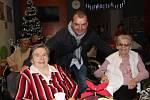 Zpěvák Pavel Novák zazpíval v pondělí odpoledne babičkám a dědečkům v Domově pro seniory v Přerově. Zároveň odtajnil, že o svůj oblíbený koncert na Štědrý den Přerované nepřijdou.