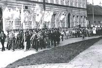 Prvomájový průvod před školou 1982 v Tovačově