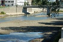 Kvůli těžbě štěrku a pravidelné údržbě koryta je Bečva v Přerověbez vody