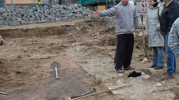 Archeolog Zdeněk Schenk ukazuje kolemjdoucí nové objevy v místě naleziště základů kostela sv. Marka postaveného v 16. století.