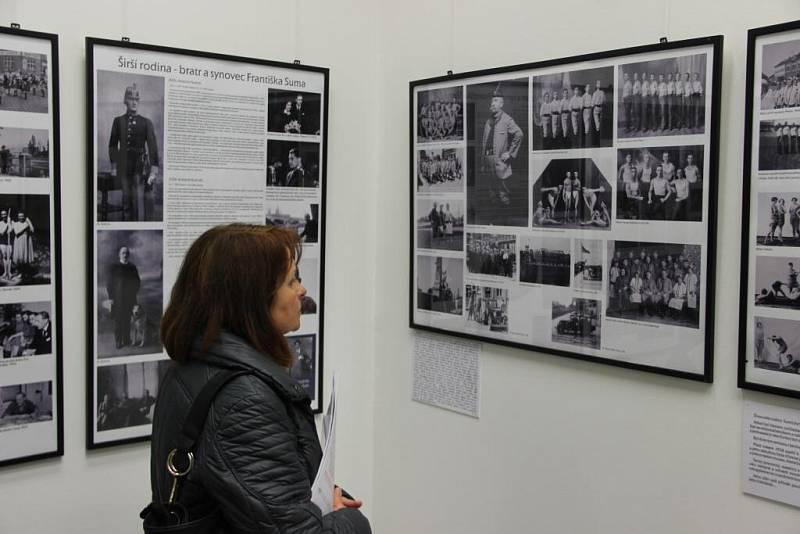Vernisáž dvou výstav v přerovské Výstavní síni Pasáž: Sladká dynastie připomíná slavnou rodinu Miloše Suma a Skleněné vzpomínky vychází z fotografií ateliéru Vojtěcha Leftuse z období první poloviny 20. století.