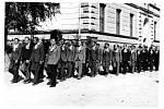 Odvod rekrutů na vojnu v roce 1938. Průvodem chodívali kolem školy.