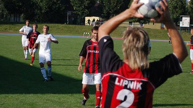 Fotbalisté Lipníku (v pruhovaném)