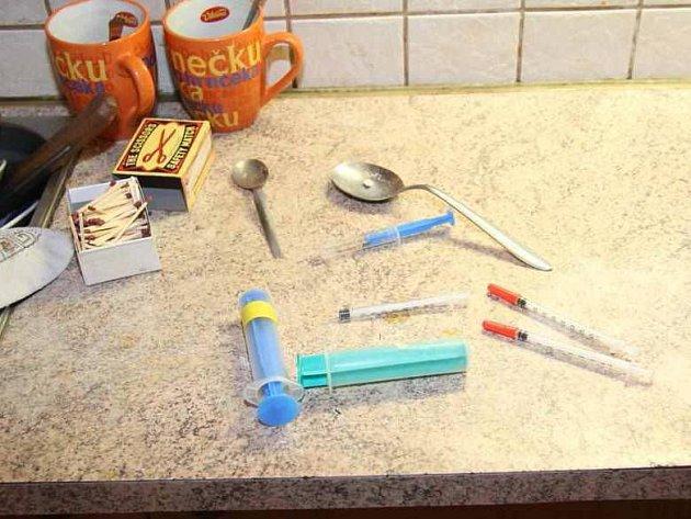 Věci nalezené u zadržených výrobců pervitinu z Přerovska