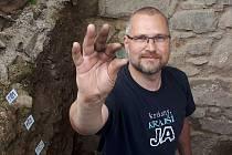 Zástupce ředitele Městské policie v Přerově Miroslav Komínek se podílí i na archeologických výzkumech - pracuje s detektorem kovů.