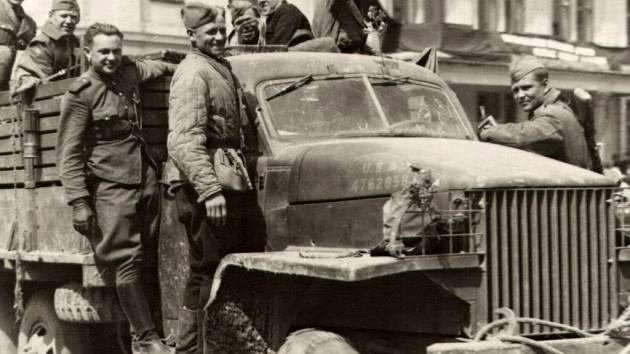 Vítání Rudé armády na náměstí u radnice v Lipníku nad Bečvou