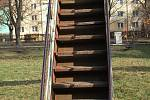 Zastaralé herní prvky v Jižní čtvrti v Přerově. Zrezivělé skluzavky připomínají spíše vojenské trenažery z dob Varšavské smlouvy.