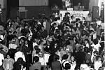 """Parket plný lidí na Discoplesu v Komuně v roce 1981. Protože diskotéky táhly, chtěli se pořadatelé """"vyrovnat světu"""". Barevné reflektorové žárovky vozili až z Maďarska, protože u nás nebyly k mání."""