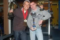 Jednadvacetiletý Jan Páleníček (vlevo) je mistrem světa v kulturistice federace INBA v kategorii juniorů i mužů a prvenství také získal v nejprestižnější soutěži Mistr Olympia, kde úřadoval mezi juniory. O rok mladší Denis Grohman (vpravo) je juniorským m