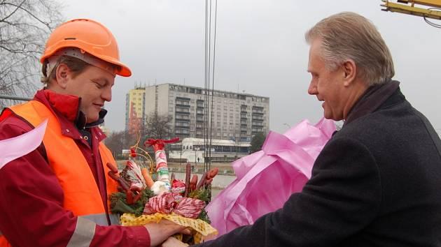 Dvěma zachráncům, kteří vyprostili z ledových ker na řece Bečvě v Přerově dva mladíky, poděkoval osobně primátor Jiří Lajtoch se svým náměstkem Michalem Záchou