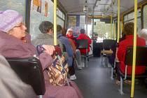 V autobusu přerovské MHD. Jarmila Sedláková na snímku vlevo