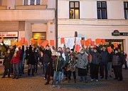 Prezident Zeman na návštěvě Lipníku nad Bečvou - Protesty lidí, červené karty, Modlitba pro Martu - píseň zaznívající z jednoho z oken, vyjádření policisty po zatčení muže pouštějícího hudbu, dotaz disidenta Hradílka směrem k prezidentovi