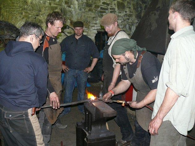 Kování dalekohledu na hradě Helfštýn se zúčastnilo dvanáct kovářů. Bude sloužit jako propagační předmět přerovské Meopty, která letos slaví 80 let do svého vzniku.