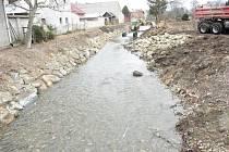 Stavaři opravují hráz na pravém břehu řeky Moravy mezi Cvrčovem a Lobodicemi a v úseku Tovačov – Věrovany.
