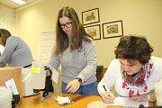 S přepočítáváním výtěžku Tříkrálové sbírky v Přerově začali v pátek ráno pracovníci charity.