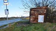 Silný vítr převrátil také přístřešek na zastávce autobusu v Henčlově.