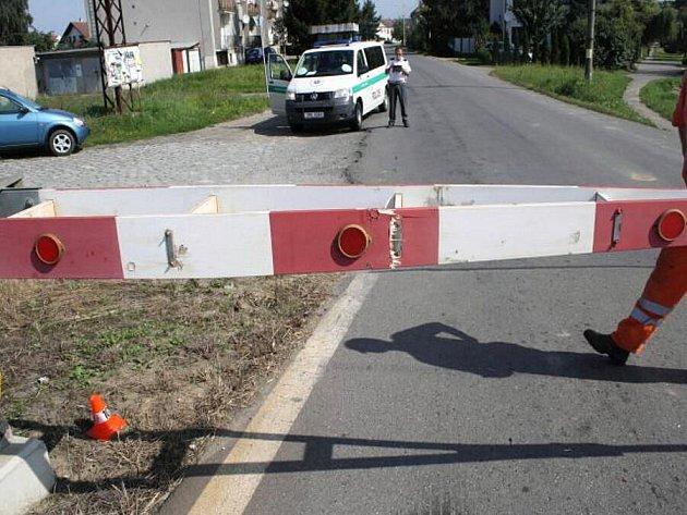 Náklaďák na přejezdu v Rokytnici skříply závory, jel na červenou